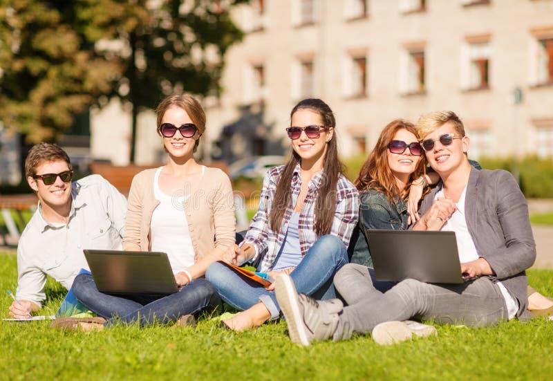Studenten of tieners met laptop computers royalty-vrije stock foto's