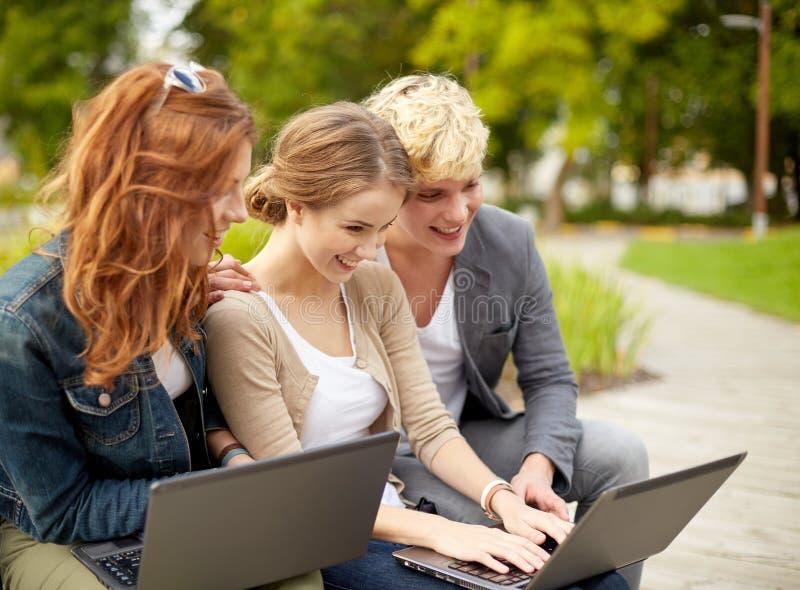Studenten of tieners met laptop computers stock afbeelding