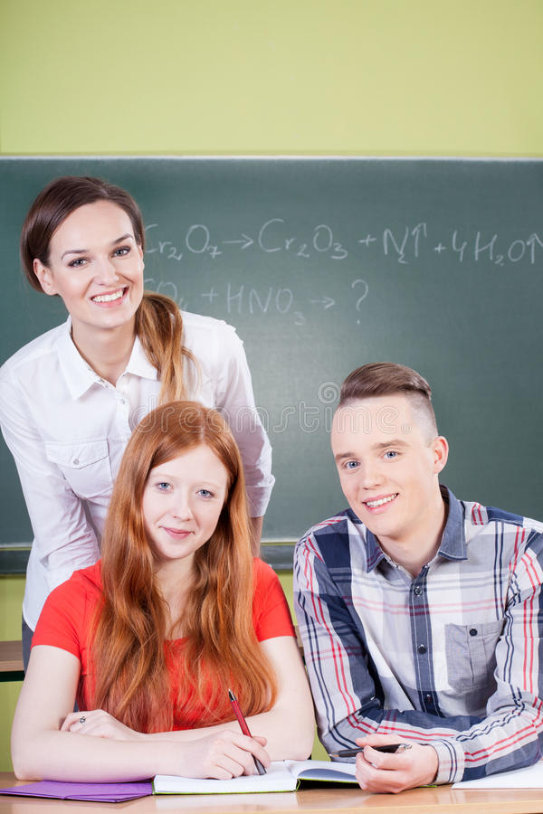 Studenten tijdens chemieklassen royalty-vrije stock afbeeldingen