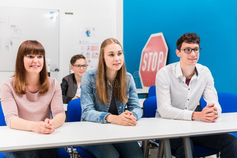 Studenten in treibenden Lektionen aufmerksam hörend stockbilder