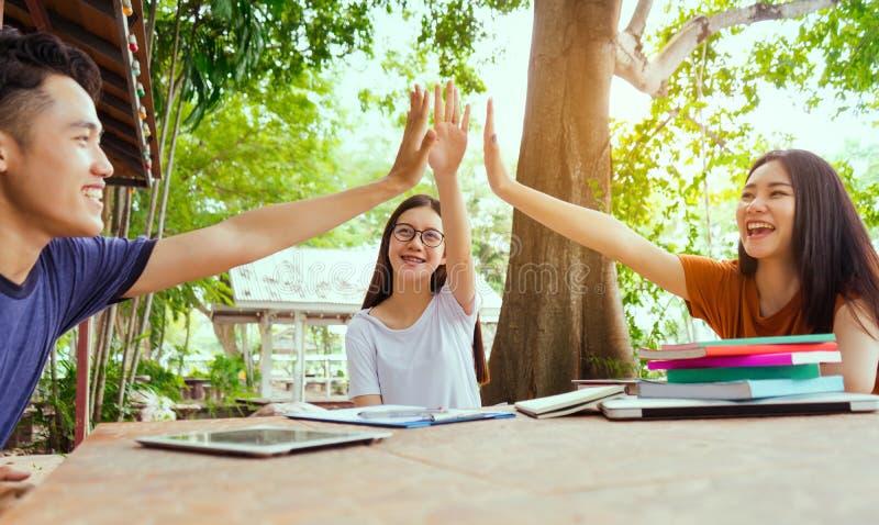 Studenten universitair succes hoog-vijf projectconcept stock fotografie