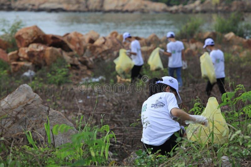 Studenten van de Universiteit die van Nha Trang het strand schoonmaken stock foto's