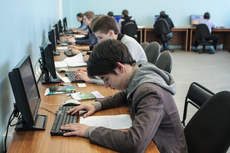 Studenten van Elektrotechnische Universiteit in klasse in het laboratorium stock fotografie