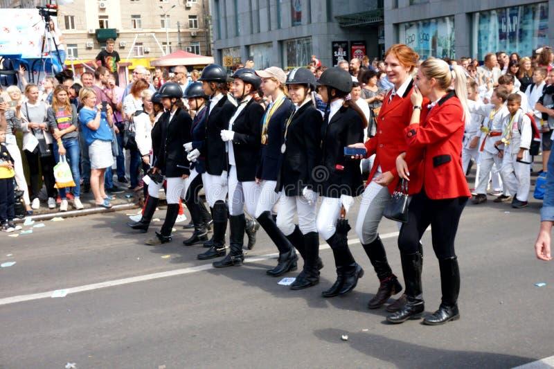 Studenten van scholen en paardrijden bij de Carnaval-optocht ter ere van de viering van de stadsdag royalty-vrije stock afbeelding
