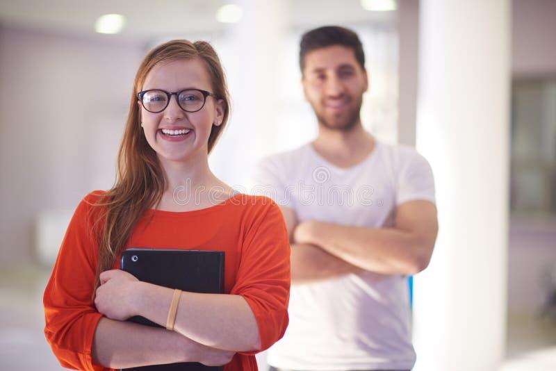 Studenten verbinden Stellung zusammen lizenzfreie stockbilder