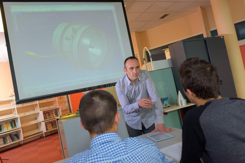 Studenten während der technischen Klasse stockfotos