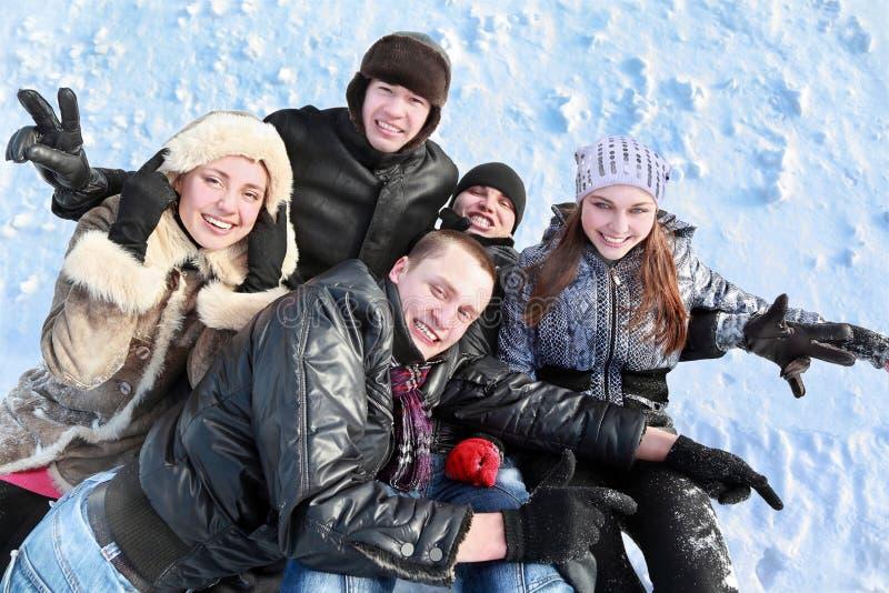Studenten welter samen in hoop op sneeuw stock afbeelding