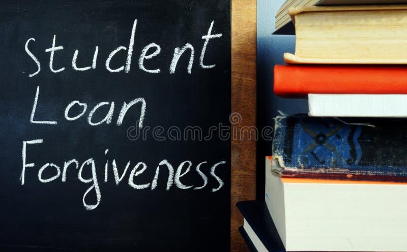 Studentendarlehensverzeihen handgeschrieben auf einer Tafel stockbild