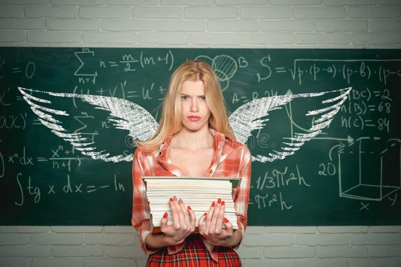 Studentenengel Schoolvleugels en droom Sensuele student leraar Emotionele sensuele studente die op klaslokaal gillen royalty-vrije stock foto