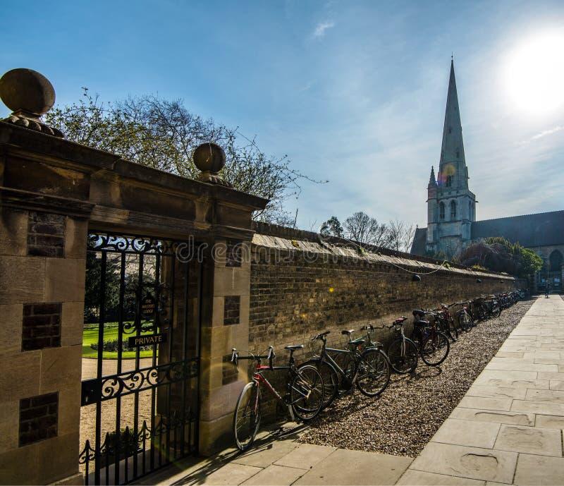 Studentenfahrräder an Jesus College-Hof in Cambridge, Cambridgeshire, England lizenzfreie stockbilder