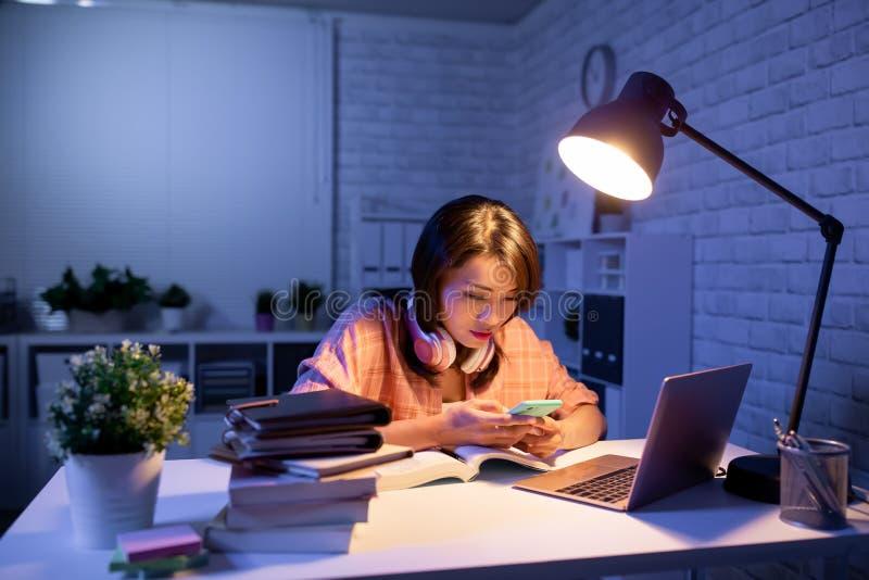Studentengebrauchstelefon und -laptop lizenzfreie stockfotos