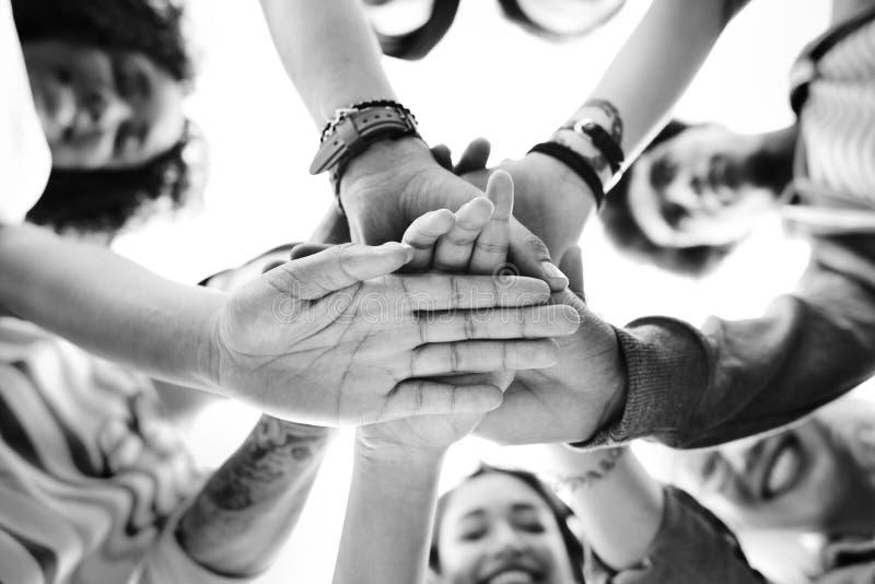 Studentengroepswerk die Handconcept stapelen royalty-vrije stock afbeelding