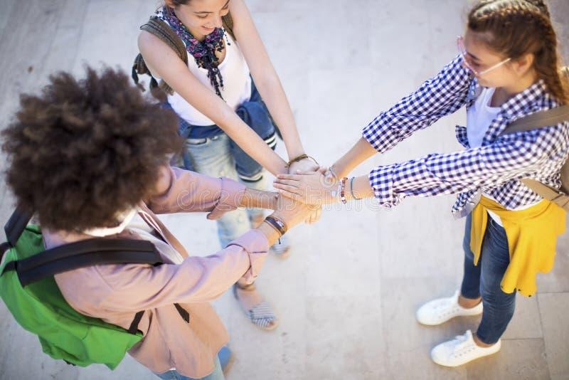 Studentengroepswerk die Handconcept stapelen royalty-vrije stock foto's