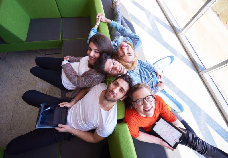 Studentengruppe, die zusammen an Schulprojekt arbeitet lizenzfreies stockfoto