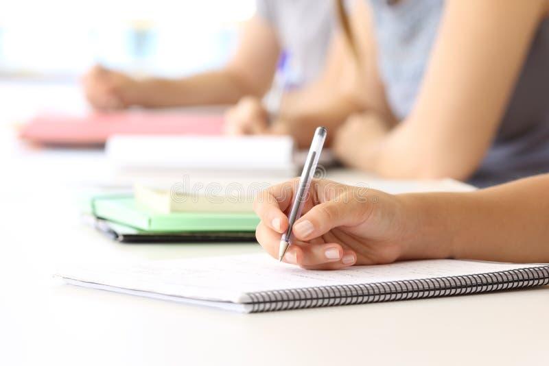 Studentenhand, die Kenntnisse in einem Klassenzimmer nimmt stockfotos