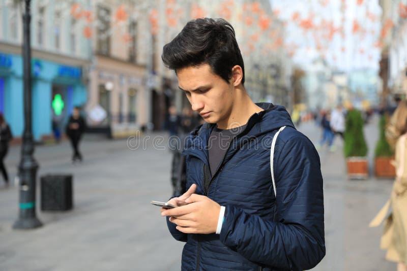 Studentenjongen die digitale tabletcomputer of mobiele slimme phon gebruiken royalty-vrije stock foto's