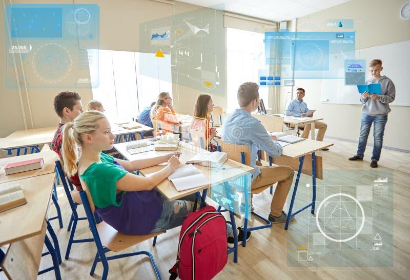 Studentenjunge mit Notizbuch und Lehrer in der Schule stockfotos