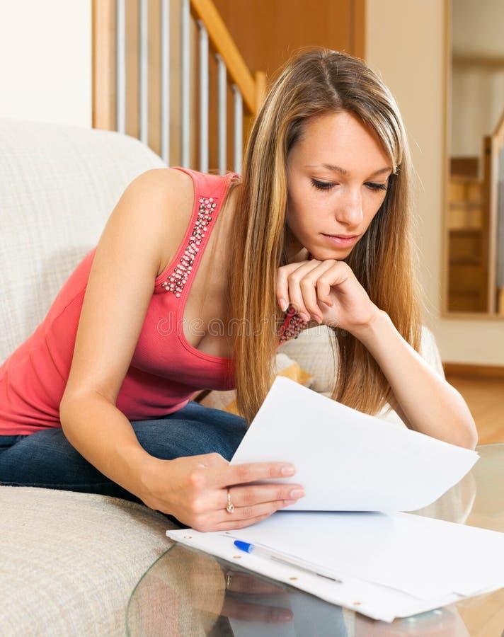 Studentenleseanmerkungen und Vorbereiten für die Prüfung stockbild
