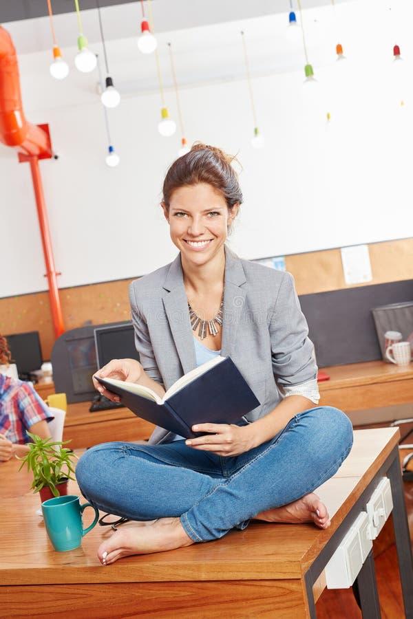 Studentenlesebuch für sie Studien lizenzfreie stockbilder