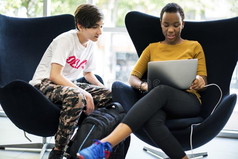 Studentenlevensstijl e-leert met laptop stock fotografie