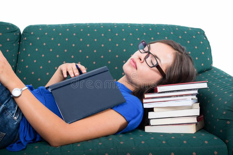 Studentenmädchen, das auf der Couch hält Notizbuch schläft stockfoto