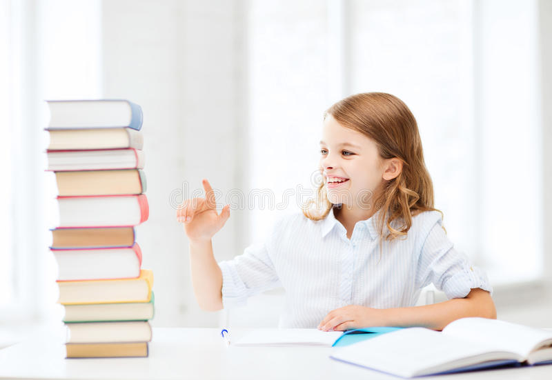Studentenmädchen, das in der Schule studiert stockbilder