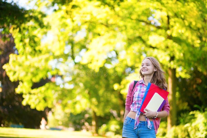 Studentenmädchen, das draußen zurück zur Schule geht lizenzfreie stockbilder