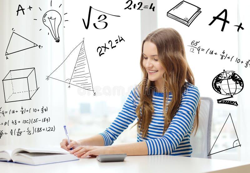Studentenmädchen mit Buch, Notizbuch und Taschenrechner lizenzfreie stockfotos