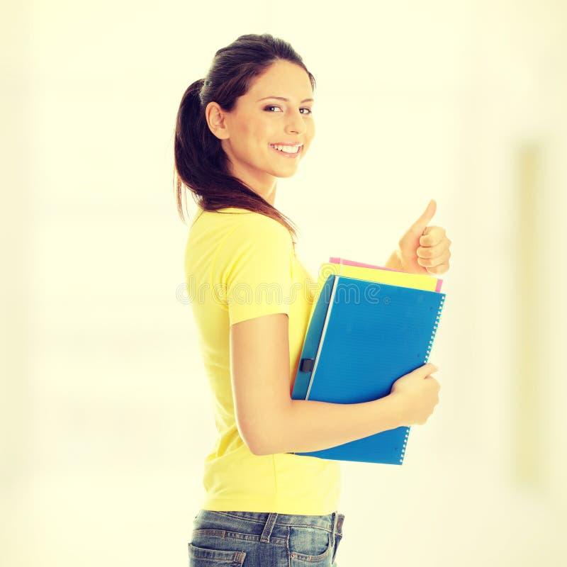 Studentenmädchen mit dem Daumen oben lizenzfreie stockfotos
