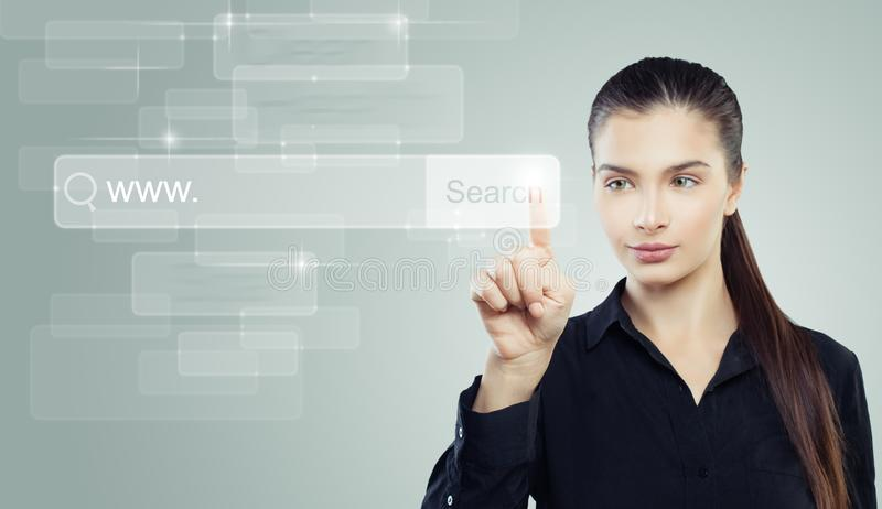 Studentenmädchen mit leerer Adresszeile im virtuellen web browser, in der Ausbildung und im Fernstudiumkonzept stockfotografie