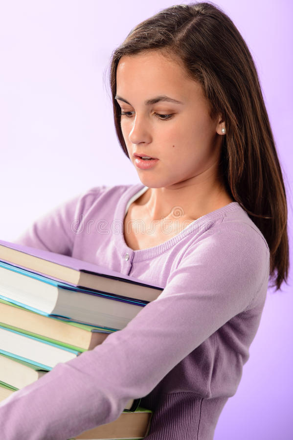 Studentenmädchen tragen Stapel purpurrote Bücher lizenzfreies stockfoto
