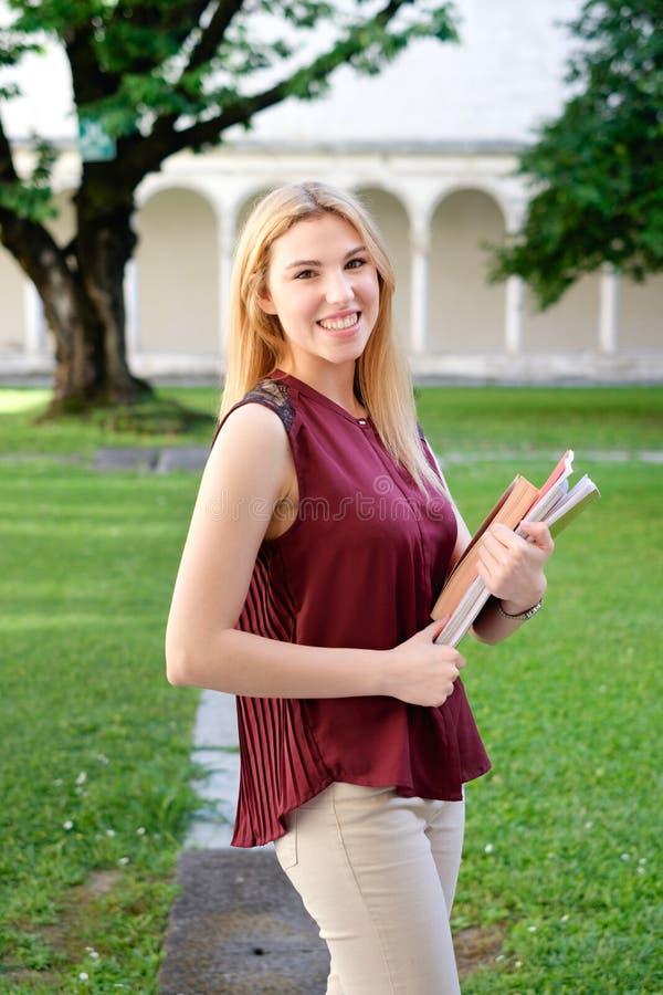 Studentenmädchenporträt, das Bücher in den Händen hält lizenzfreies stockfoto