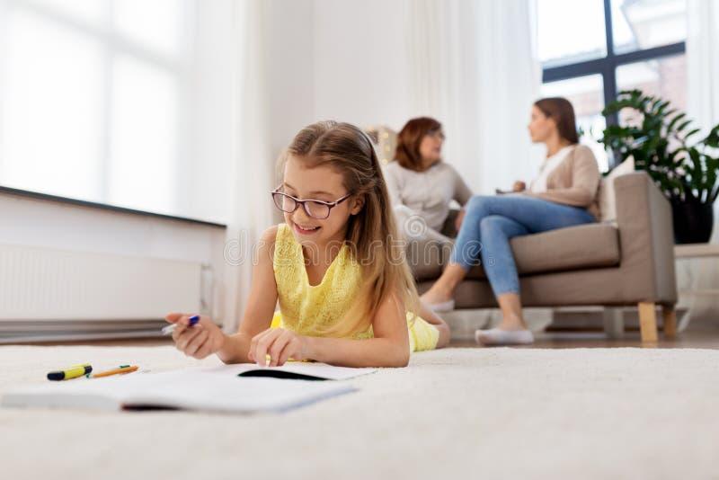 Studentenmeisje die aan notitieboekje thuis schrijven royalty-vrije stock afbeelding