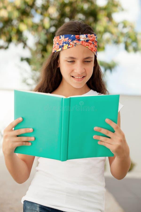 Studentenmeisje die een boek lezen openlucht stock afbeeldingen