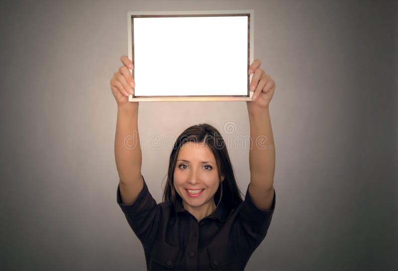 Studentenmeisje die een diploma tonen certificaat royalty-vrije stock foto