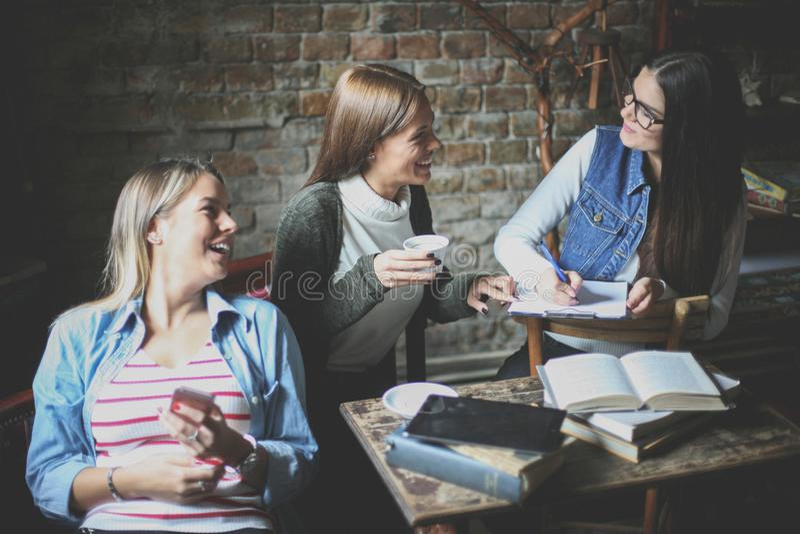 Studentenmeisje die en pret in koffie spreken hebben stock foto