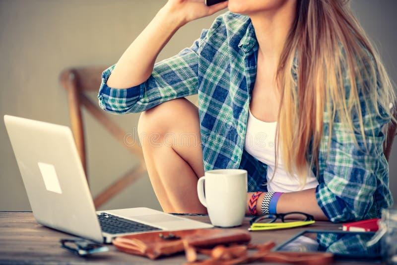 Studentenmeisje die thuis werken stock afbeelding