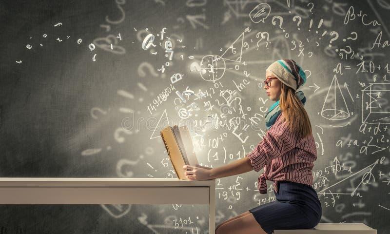 Studentenmeisje gelezen boek stock foto's