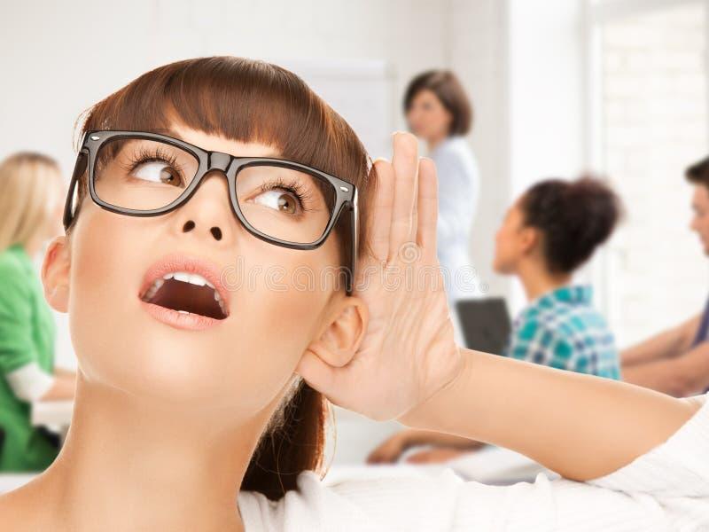 Studentenmeisje het luisteren roddel op school stock fotografie
