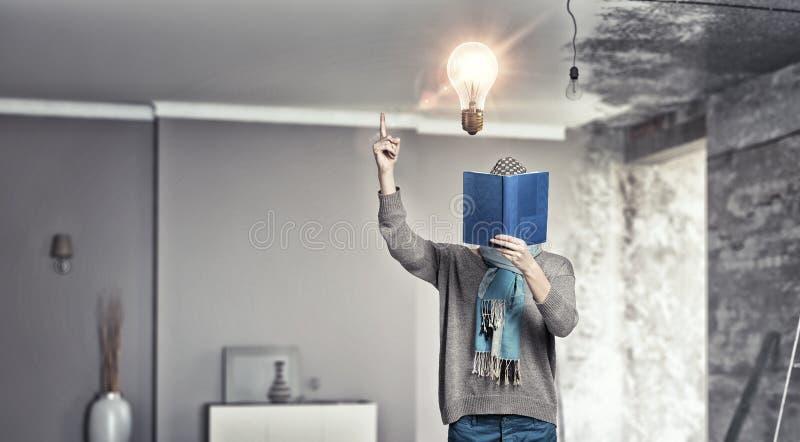 Studentenmeisje met boek in handen stock fotografie