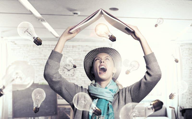 Studentenmeisje met boek in handen royalty-vrije stock afbeeldingen