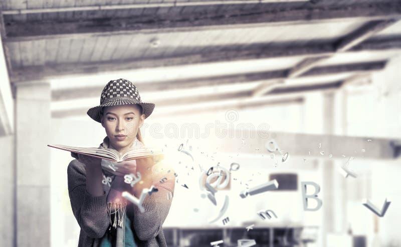 Studentenmeisje met boek in handen royalty-vrije stock foto