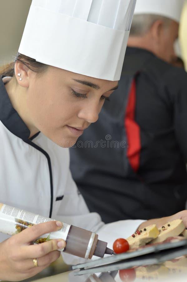 Studentenmeisje in restaurantschool stock foto
