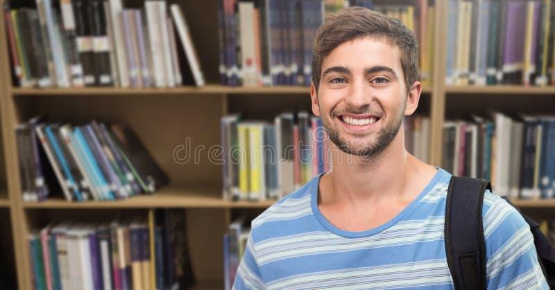 Studentenmens in onderwijsbibliotheek stock foto's