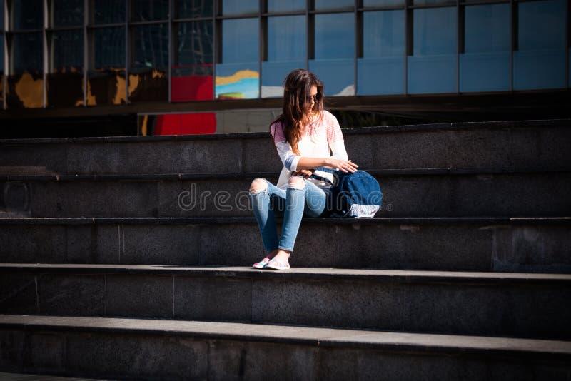 Studentennehmenbruch an der Treppe lizenzfreie stockbilder