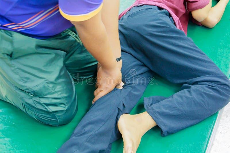 Studentenonderwijs het trainen massagevinger de pers op Thaise geneeskunde van de been de Traditionele massage royalty-vrije stock foto's