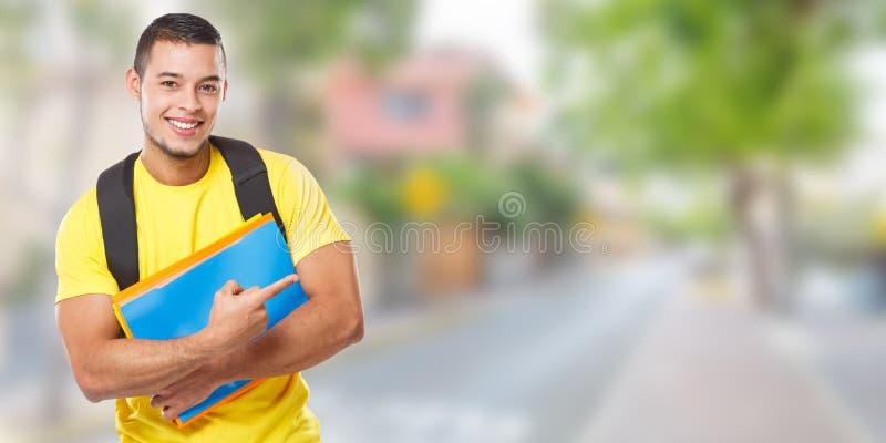 Studentenonderwijs tonen die het exemplaar van de stadsbanner copyspace ruimte marketing richten advertentieadvertentie jonge men stock afbeelding