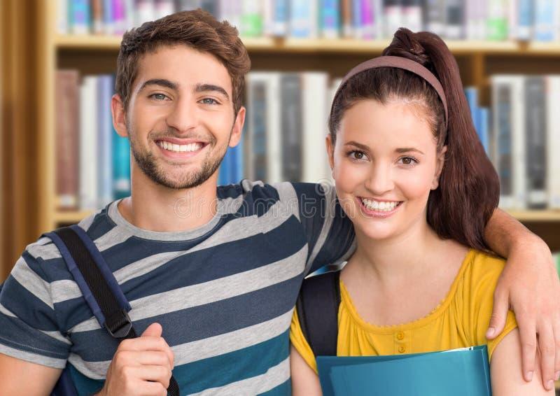 Studentenpaar in onderwijsbibliotheek royalty-vrije stock afbeelding
