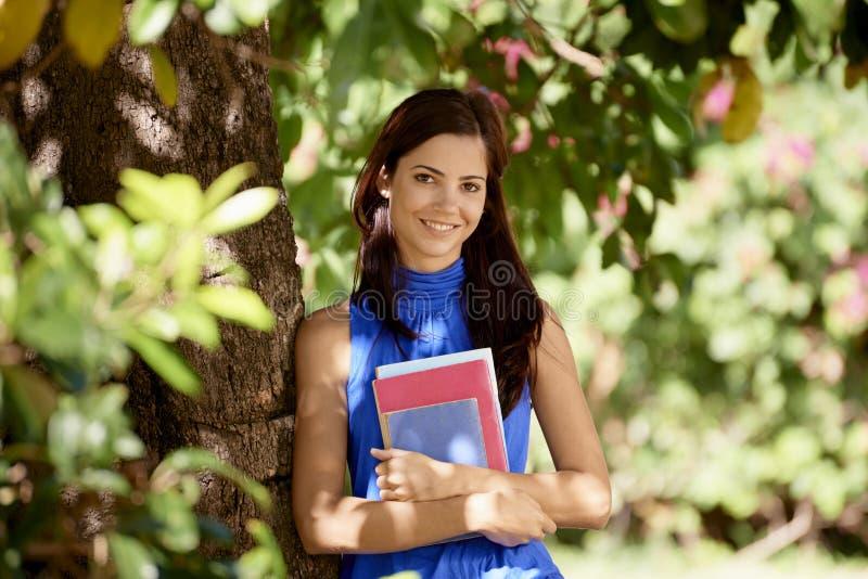 Studentenporträt an der Schule, glückliche junge Frau mit Universität BO stockbilder
