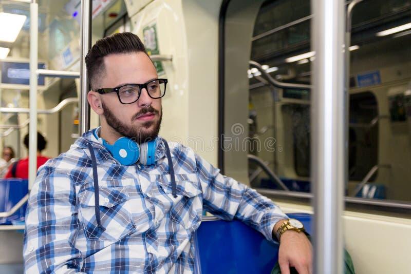 Studentenreiziger die door venster kijken en in metro voor reis in de stad zitten Het concept van zet, aspiraties om, royalty-vrije stock fotografie